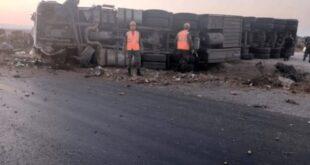 تدهور شاحنة قاطرة مقطورة محملة بمواد غذائية قرب حسياء على الاتستراد الدولي حمص - دمشق