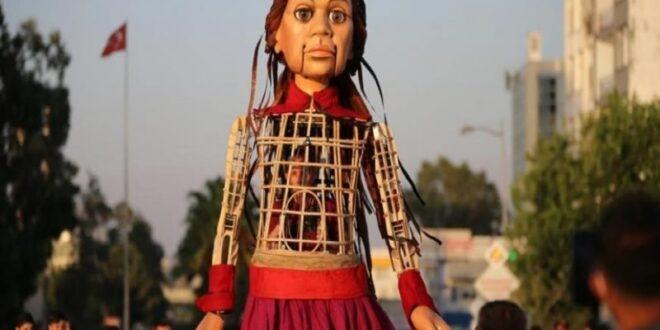 """""""الدمية السورية أمل"""" تثير موجة اعتراض كبيرة في بلدة يونانية!"""