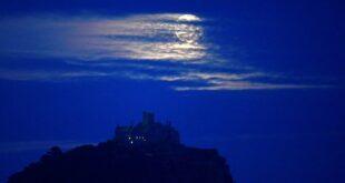 العالم يشهد ظاهرة القمر الأزرق النادر هذا الأسبوع في سماء الليل