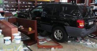 لبنانية لم تعثر على الدواء في الصيدلية فاقتحمتها بسيارتها.. شاهد!