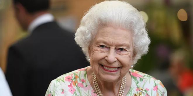 كيف سخرت ملكة بريطانيا من سياح أمريكيين