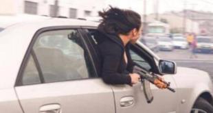 """""""سيدة الكلاشينكوف"""".. مشهد صادم في شوارع كاليفورنيا"""