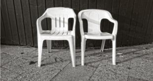 3 مكونات كفيلة بالحفاظ على لون الكراسي البلاستيكية البيضاء.. جربيها