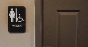 ابتكر حيلة لتصوير النساء داخل الحمام.. وفتاة تفضحه
