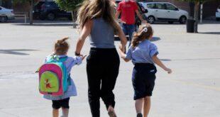 لبنانيون يوصلون أبناءهم عبر الحمير إلى المدارس جراء أزمة الوقود