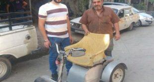 تكلفته رخيصة نسبياً.. حرفي سوري يصنع كرسياً كهربائياً متحركاً لمساعدة العجزة ومصابي الحرب