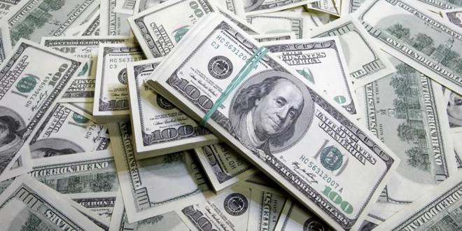 دولارات داخل مكب نفايات في لبنان