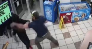 وكأنه مشهد سينمائي.. شاهد رجلاً يتصدى لسطو مسلح على متجر في أميركا